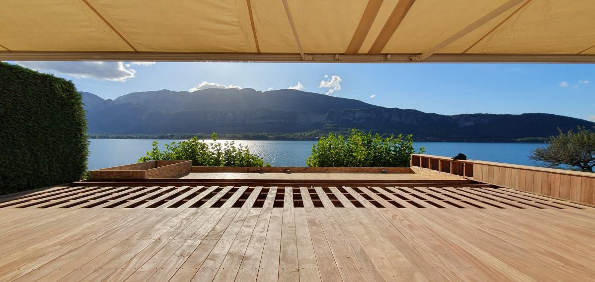 Réalisation d'une terrasse bois en mélèze et d'un bassin décoratif au bout du lac d'Annecy