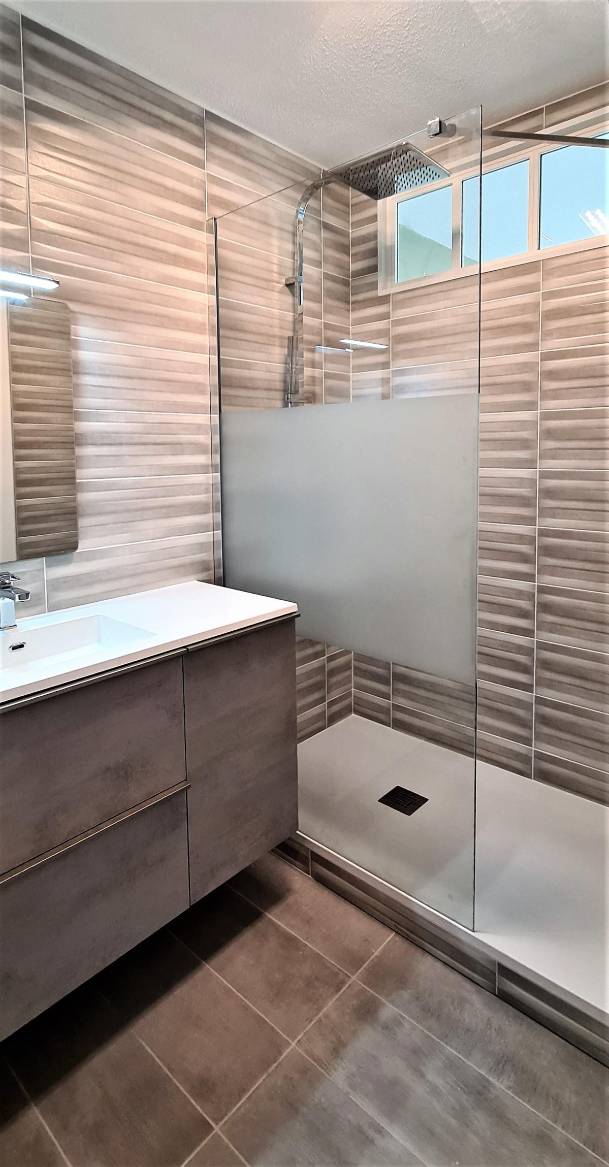 Avant Après Transformation d'une salle de bains à Meythet avec verrière
