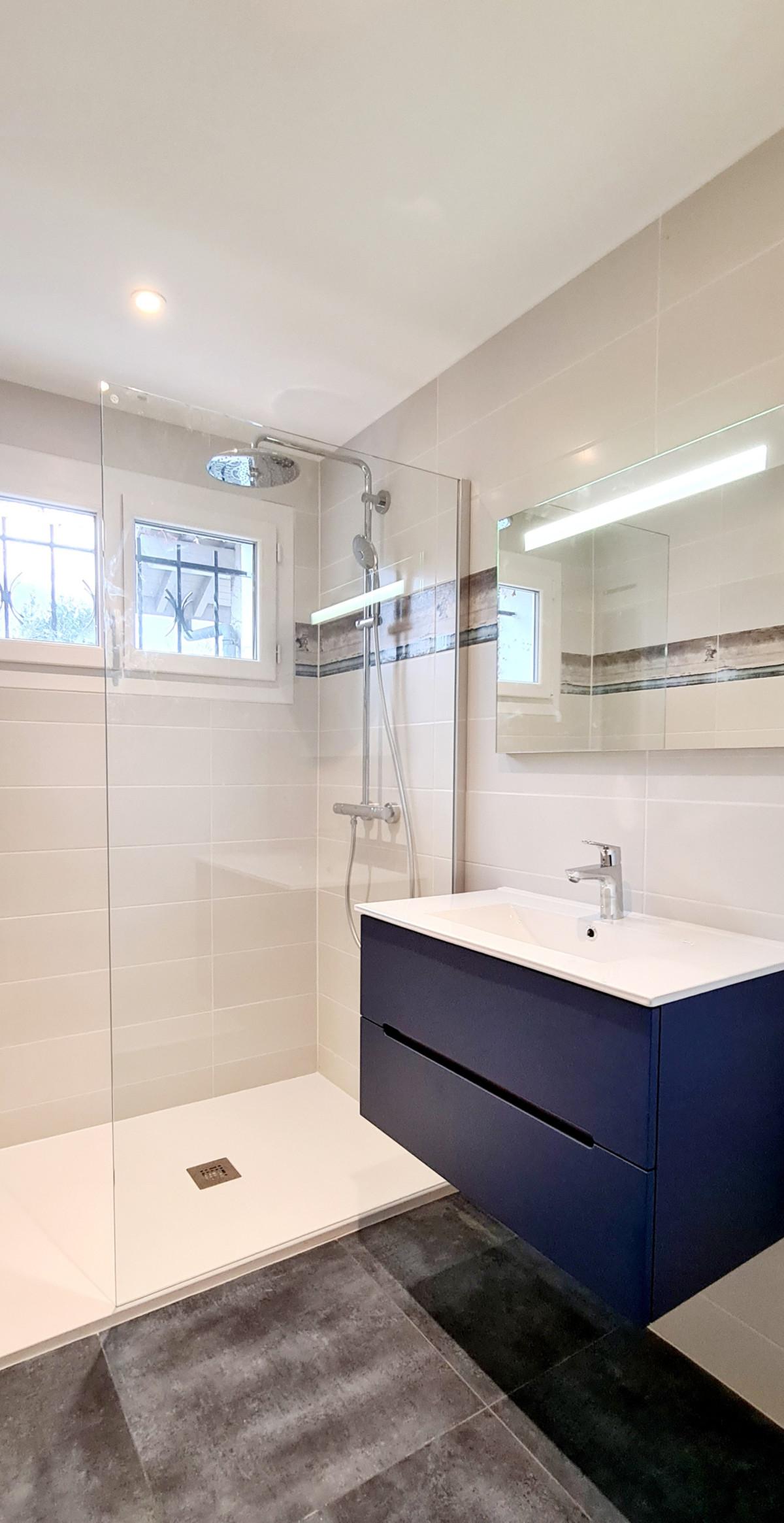 Avant / Après Rénovation d'une salle de bains et Wc sur ANNECY LE VIEUX